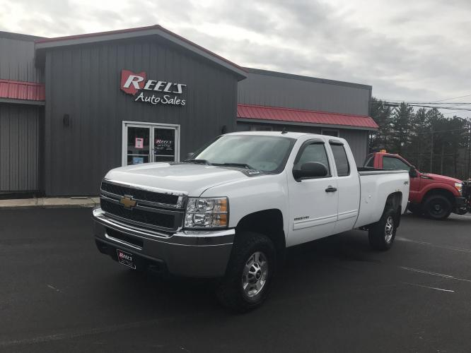 2013 White /Gray Chevrolet Silverado 2500HD LT Ext. Cab 4WD (1GC2KXCG9DZ) with an 6.0L V8 OHV 16V FFV engine, 6-Speed Automatic transmission, located at 547 E. Main St., Orwell, OH, 44076, (440) 437-5893, 41.535435, -80.847855 - Photo #0